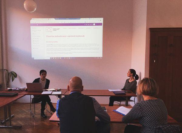 Milena Bon predstavlja projekt Finlit kolegom iz knjižnice v Karlovcu s Hrvaške, ki sta obiskala NUK.